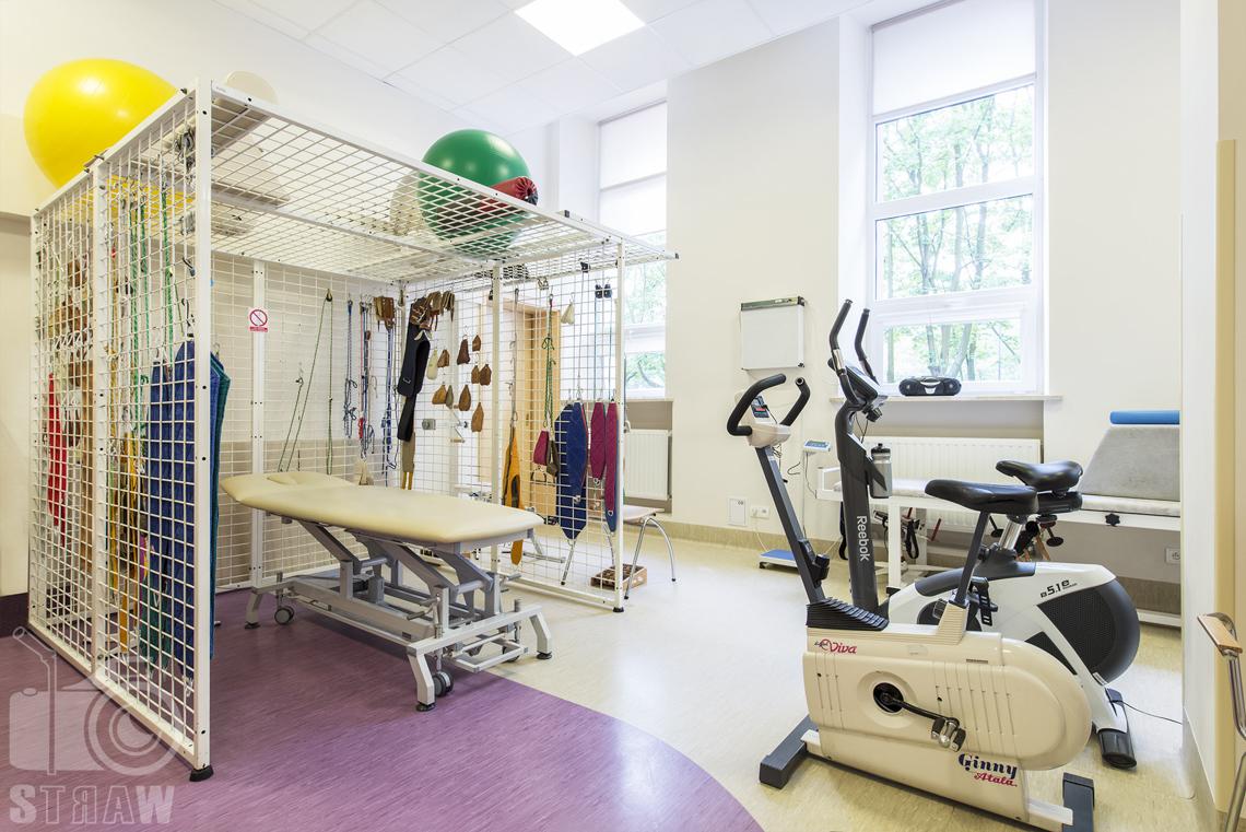 Fotografia wnętrz przychodni specjalistycznej publicznego zakładu opieki zdrowotnej wola-śródmieście przy ulicy Dragonów w Warszawie, sala ćwiczeń i rehabilitacji.