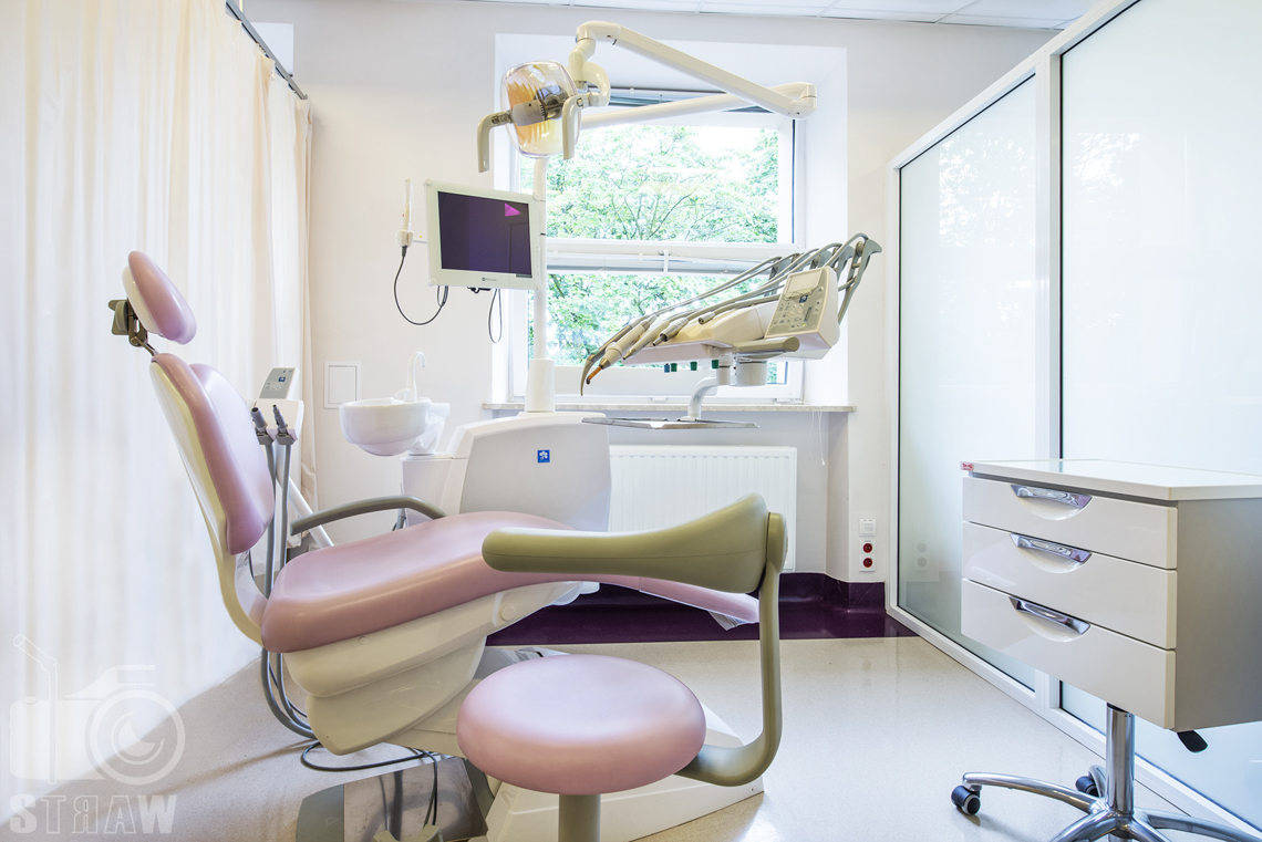 Fotografia wnętrz przychodni specjalistycznej publicznego zakładu opieki zdrowotnej wola-śródmieście przy ulicy Dragonów w Warszawie, gabinet stomatologiczny.