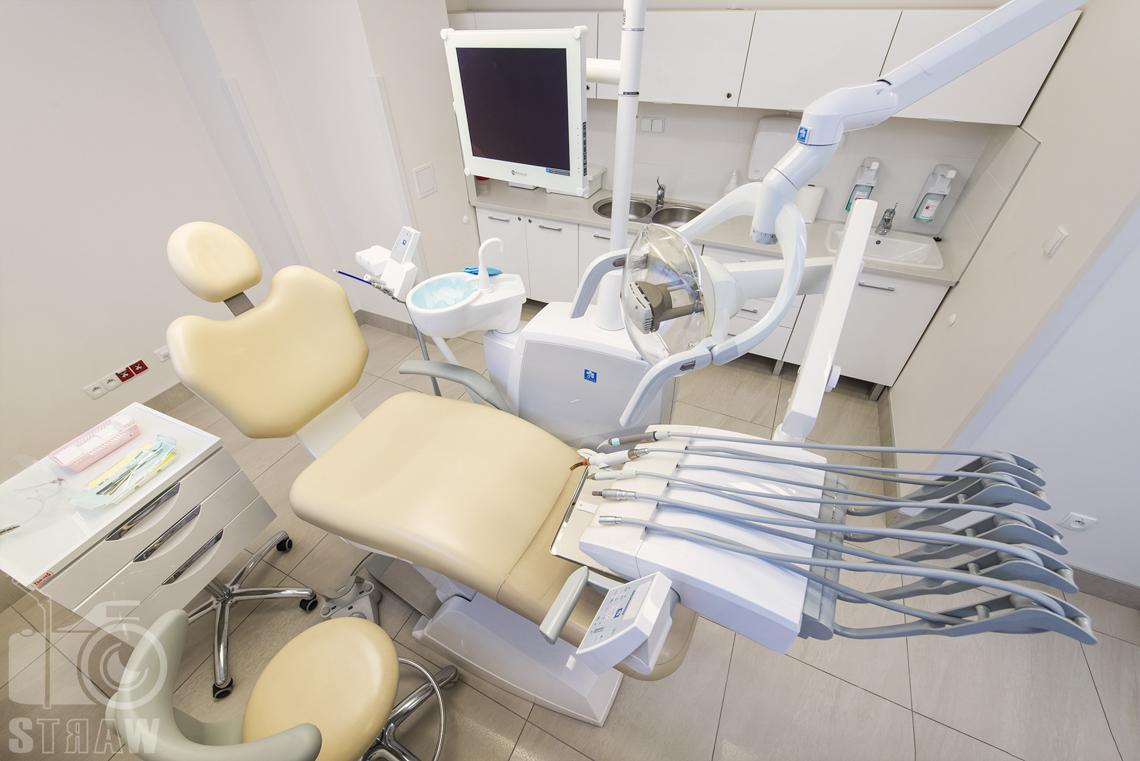 Sesja fotograficzna gabinetu stomatologicznego dla zakładu opieki zdrowotnej wola-śródmieście w Warszawie, tutaj fotel i przyrządy dentystyczne.