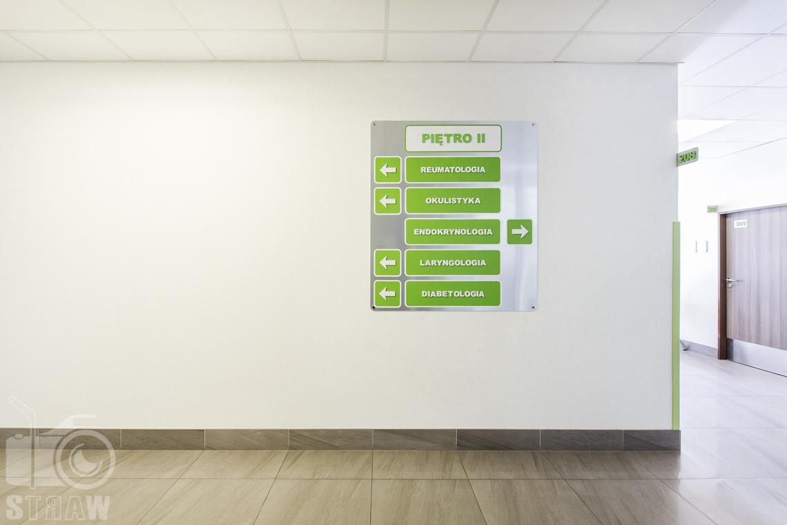 Sesja fotograficzna przychodni specjalistycznej dla zakładu opieki zdrowotnej wola-śródmieście przy ulicy Chmielnej w Warszawie, tablica informacyjna na ścianie.