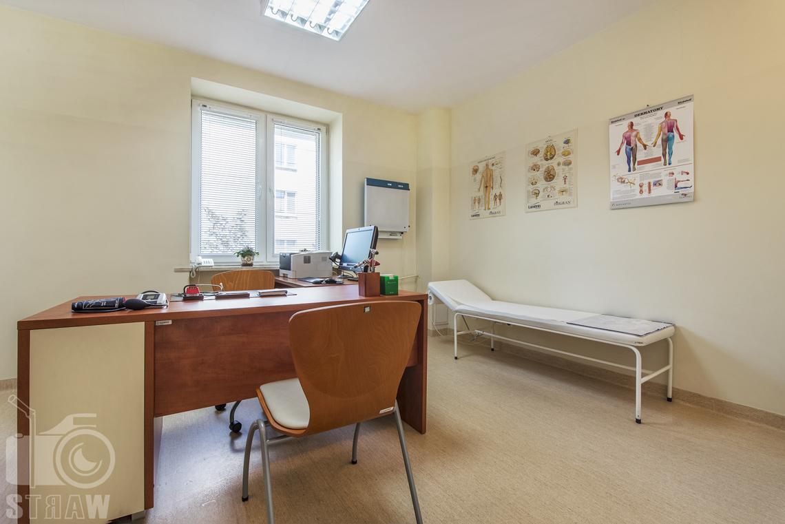 Zdjęcia wnętrz przychodni specjalistycznej publicznego zakładu opieki zdrowotnej wola-śródmieście przy ulicy Ciołka w Warszawie, gabinet lekarski.