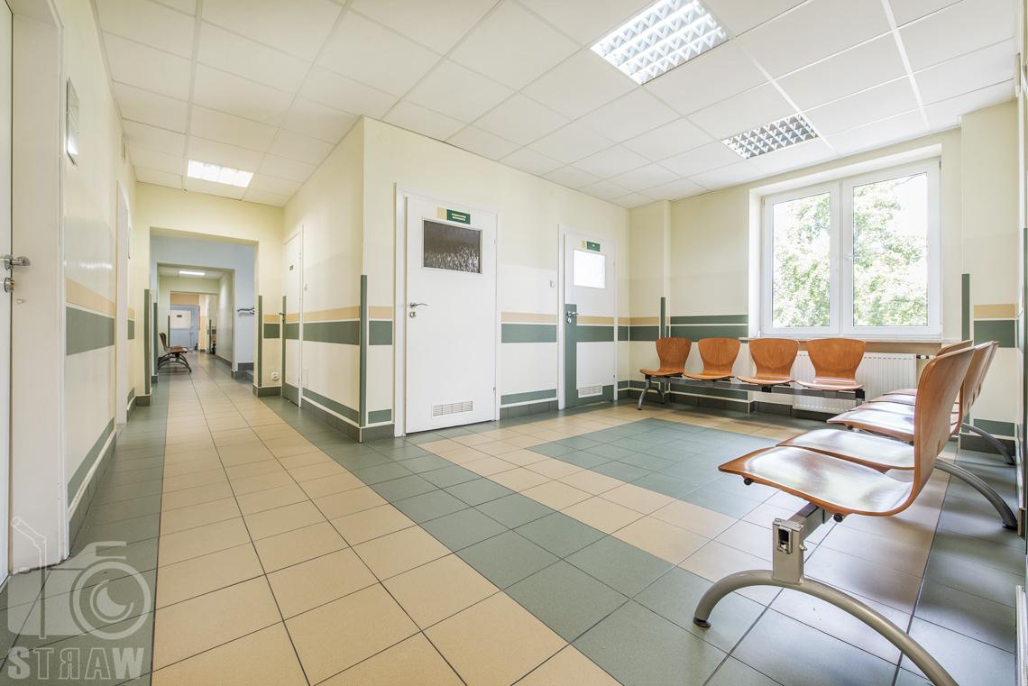 Zdjęcia wnętrz przychodni specjalistycznej publicznego zakładu opieki zdrowotnej wola-śródmieście przy ulicy Ciołka w Warszawie, korytarz i poczekalnia.
