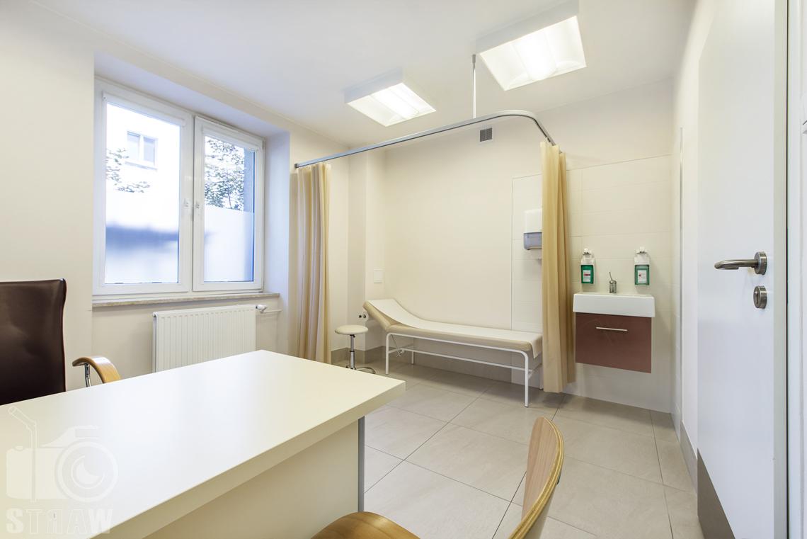 Zdjęcia wnętrz przychodni specjalistycznej publicznego zakładu opieki zdrowotnej wola-śródmieście przy ulicy Ciołka w Warszawie, zdjęcie gabinetu w centrum zdrowia.