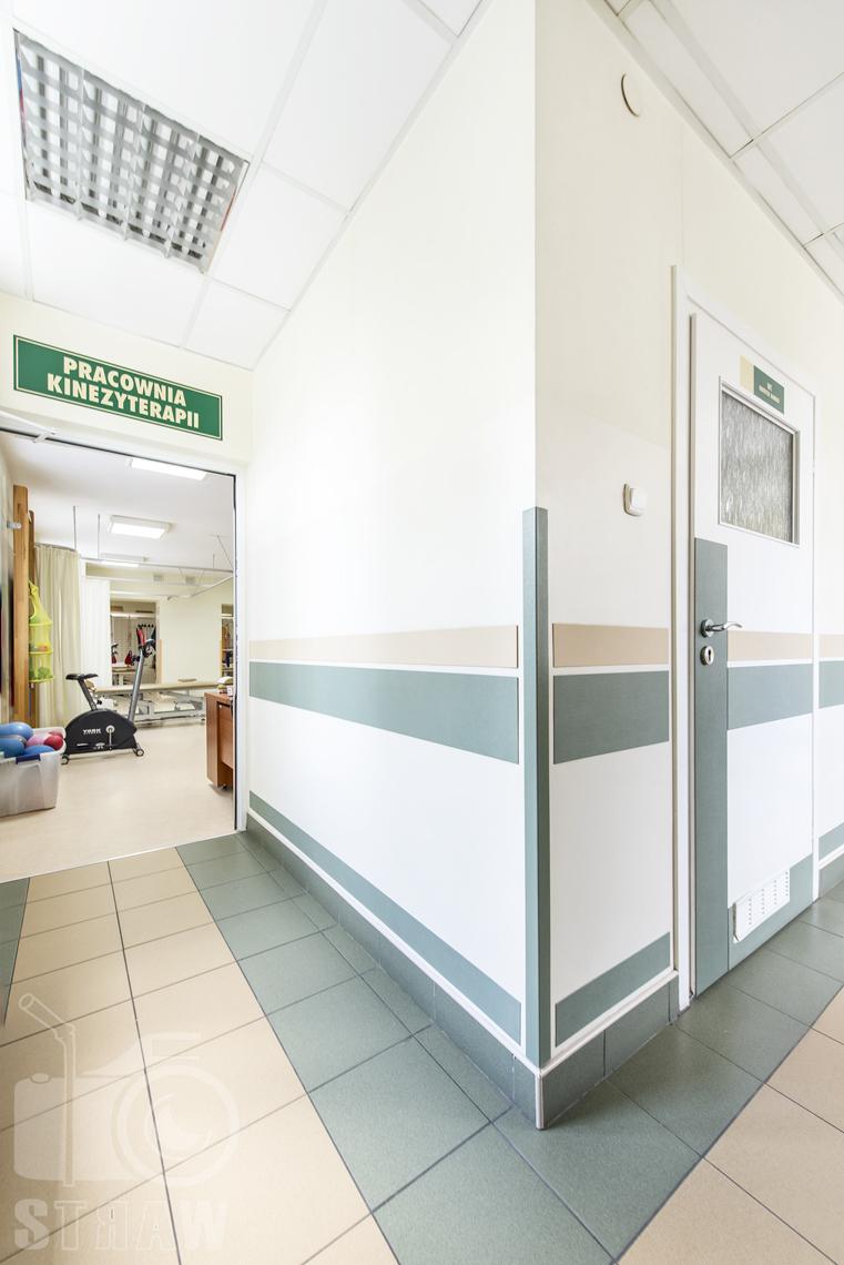 Zdjęcia wnętrz przychodni specjalistycznej publicznego zakładu opieki zdrowotnej wola-śródmieście przy ulicy Ciołka w Warszawie, wejście do pracowni kinezyterapii.