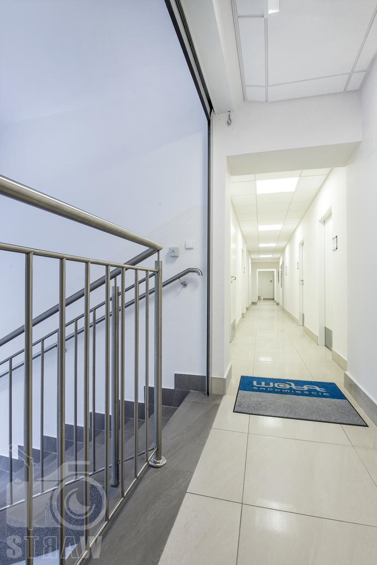 Zdjęcia wnętrz przychodni specjalistycznej publicznego zakładu opieki zdrowotnej wola-śródmieście przy ulicy Ciołka w Warszawie, korytarz w przychodni.