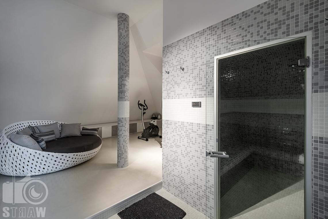 Fotografia wnętrz Warszawa i zdjęcia nieruchomości na sprzedaż z pomieszczeniem relaksacyjnym z sauną.
