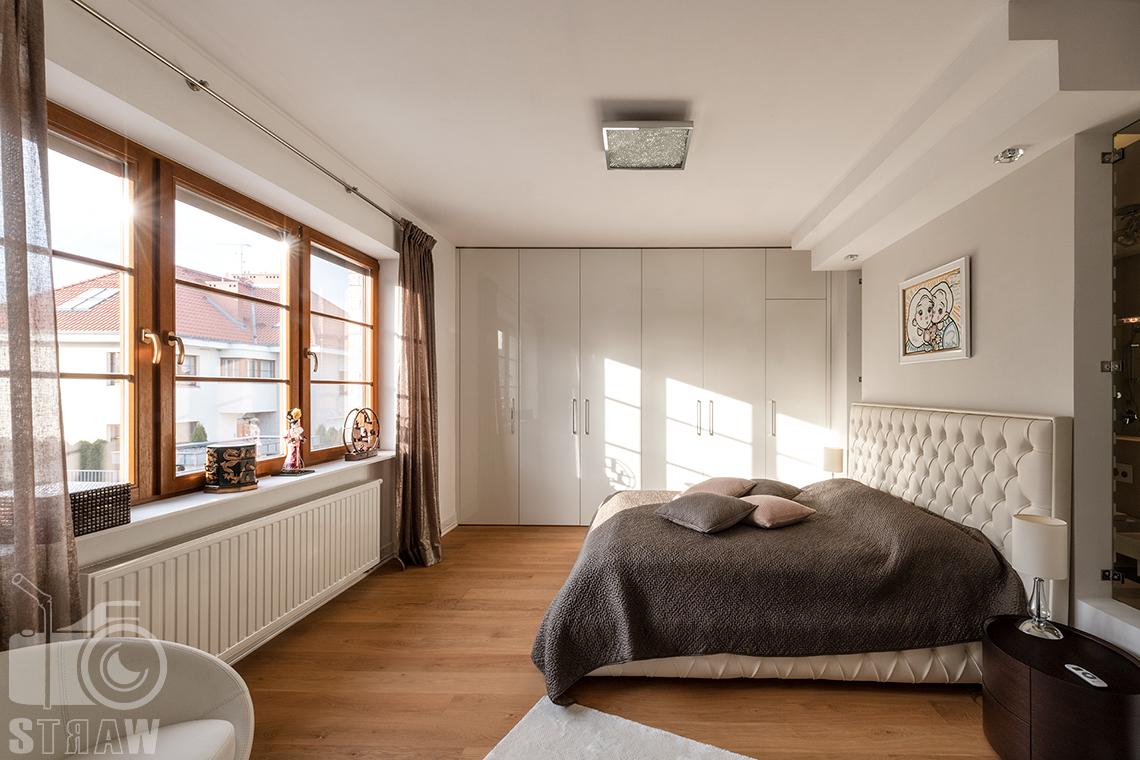 Fotografia wnętrz Warszawa i zdjęcia nieruchomości na sprzedaż tutaj sypialnia w promieniach słońca.