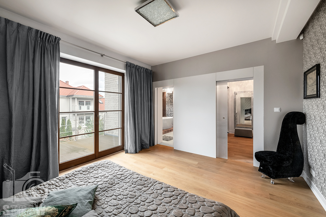 Fotografia wnętrz Warszawa i zdjęcia nieruchomości na sprzedaż z piękną sypialnią z przyległą łazienką i garderobą.