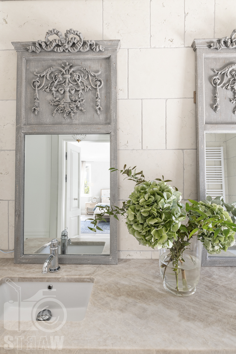 Fotografia nieruchomości w Warszawie, tutaj zdjęcie luster w łazience.