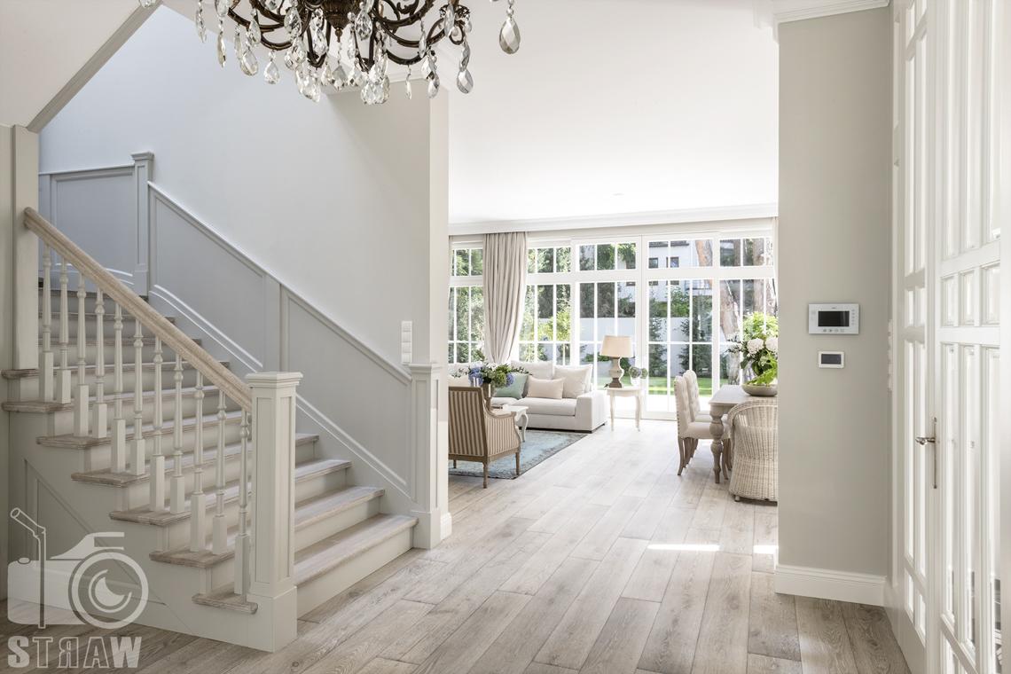 Fotografia nieruchomości Warszawa, hol ze schodami na piętro oraz widok na salon.