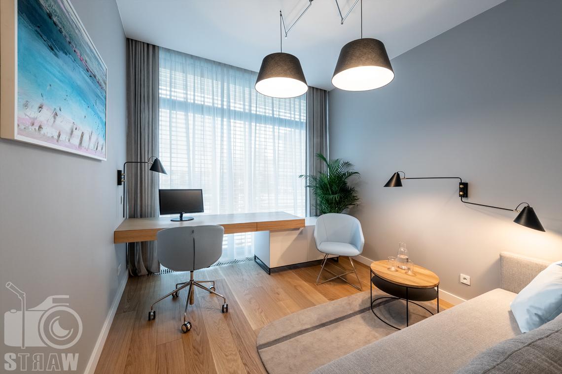Fotografia wnętrz dla projektantów i architektów, gabinet podwójną lampą, lampkami, biurkiem, sofą i stolikiem.