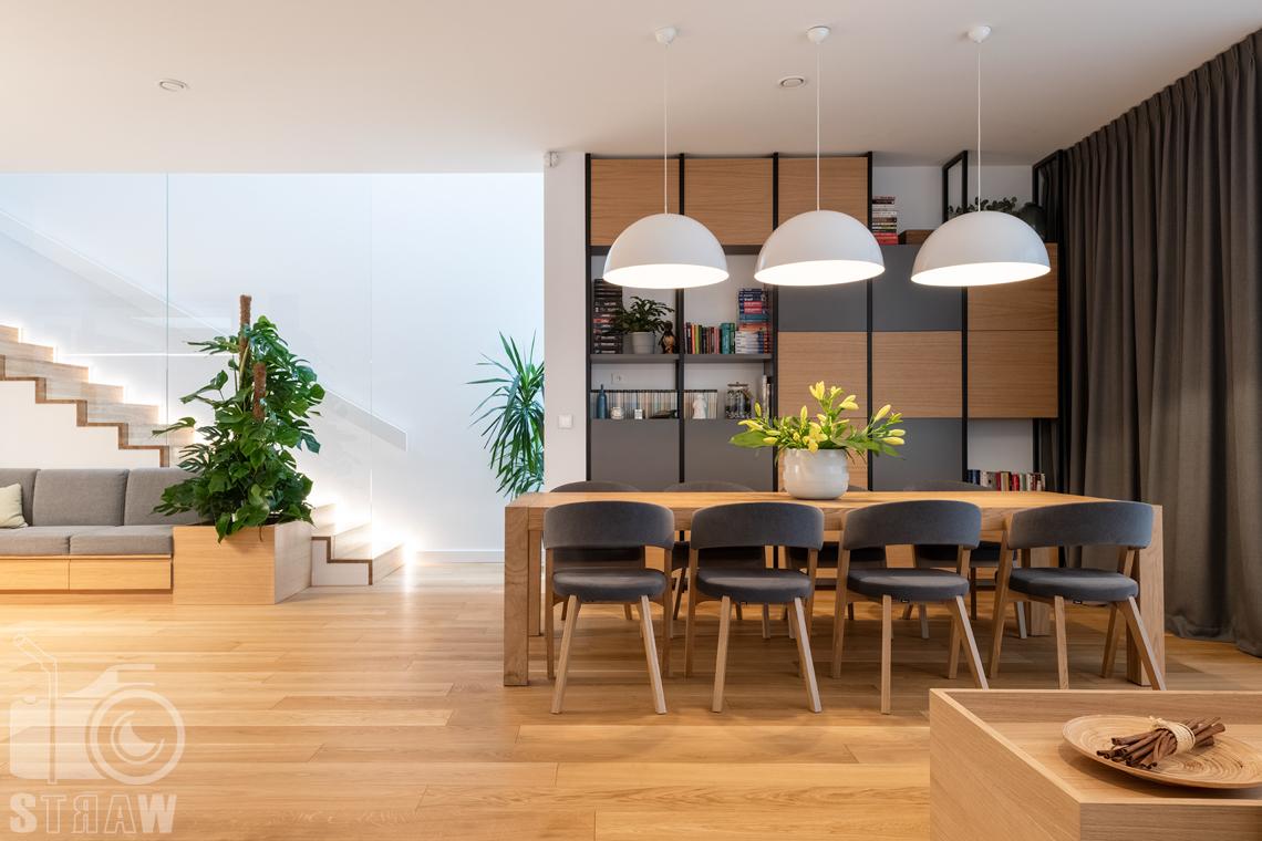 Fotografia wnętrz dla projektantów i architektów, jadalnia na wprost i widok na klatkę schodową.