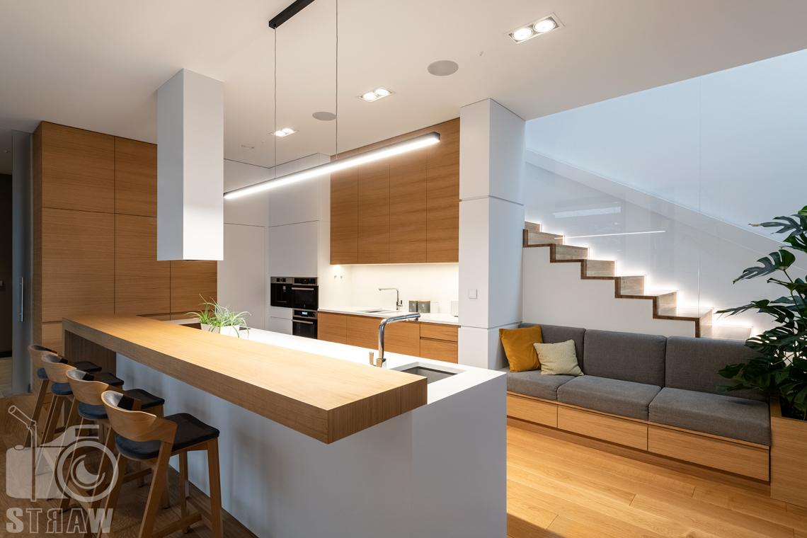 Fotografia wnętrz dla projektantów i architektów, kuchnia otwarta i sofa przy kuchni.