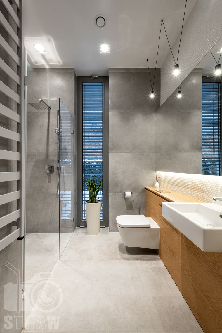 Fotografia wnętrz dla projektantów i architektów, łazienka przy gabinecie z betonem architektonicznym.