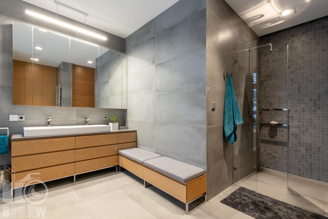 Fotografia wnętrz dla projektantów i architektów, kabina prysznicowa w dużej łazience przy sypialni małżeńskiej.