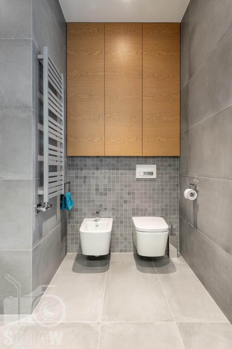 Fotografia wnętrz dla projektantów i architektów, toaleta i bidet w łazience przy sypialni małżeńskiej.