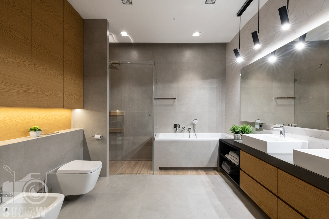 Fotografia wnętrz dla projektantów i architektów, dodatkowa duża łazienka przy sypialniach dzieci, z wanną i prysznicem.