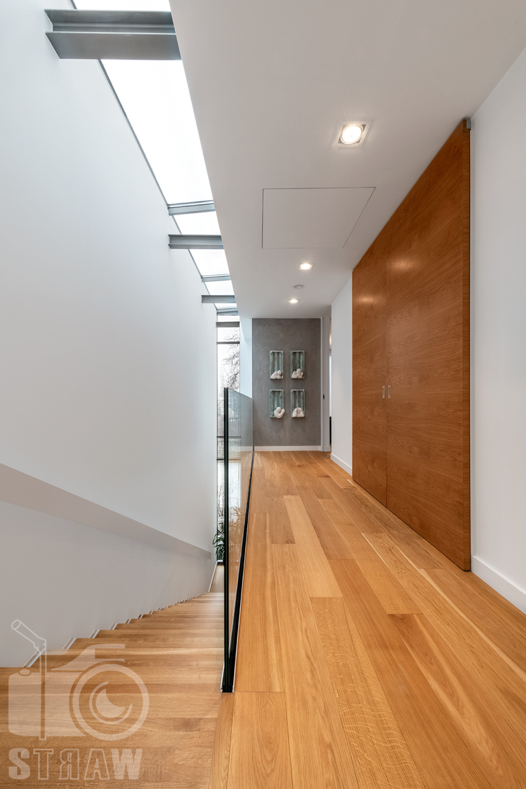 Fotografia wnętrz dla projektantów i architektów, hol na piętrze z widokiem na klatkę schodową.