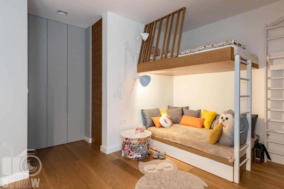 Fotografia wnętrz dla projektantów i architektów, pokój dziecka z piętrowym łóżkiem i szafami.