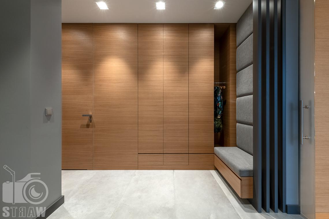 Fotografia wnętrz dla projektantów i architektów, przedpokój, szafy i wejście do małej łazienki przy gabinecie.