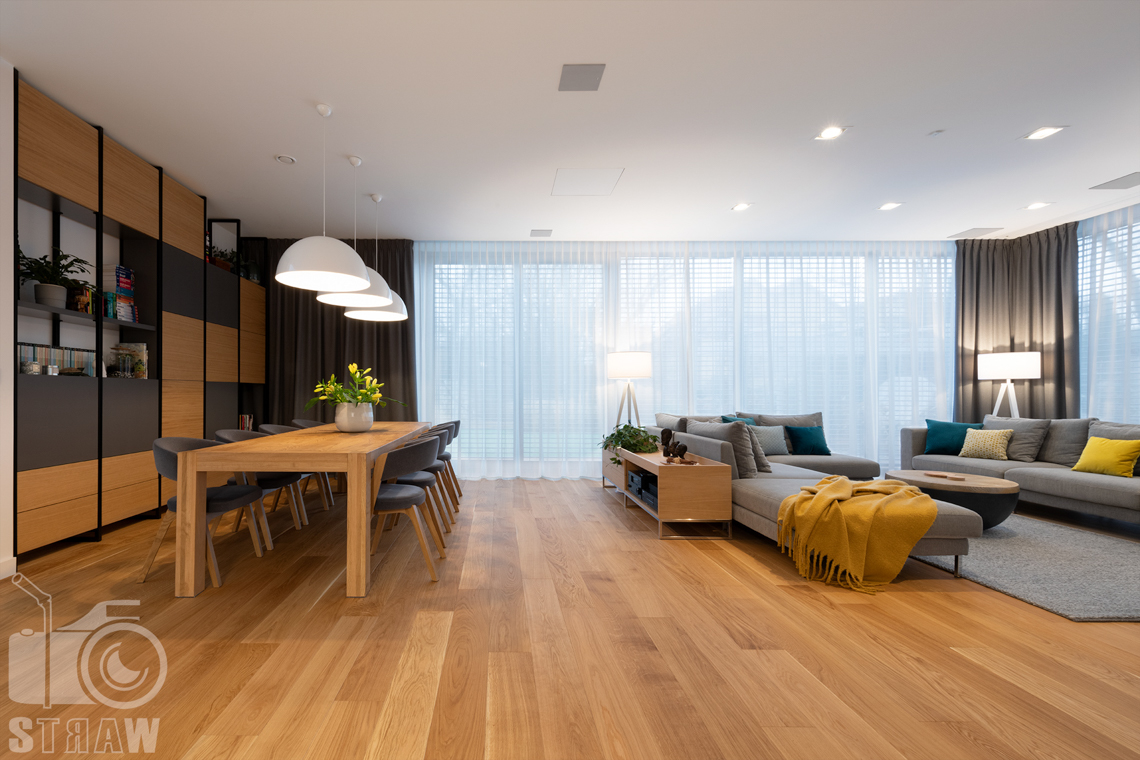 Fotografia wnętrz dla projektantów i architektów, salon z sofami i jadalnia z dużym stołem.