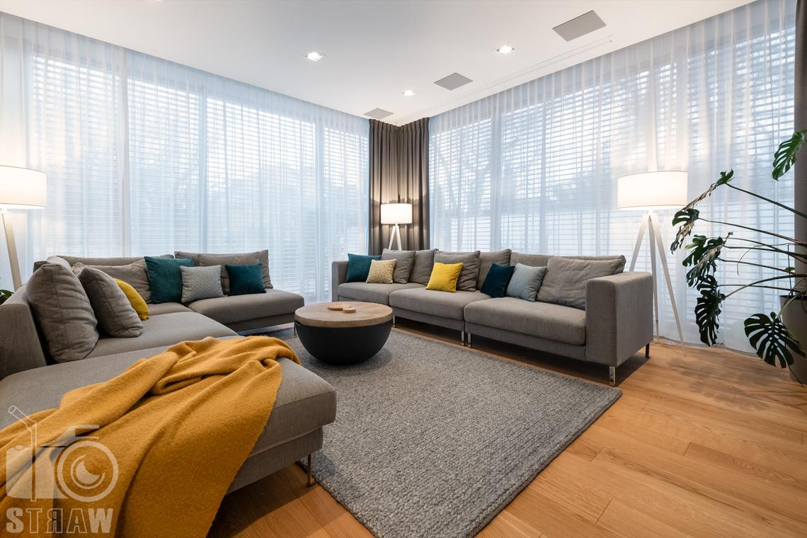 Fotografia wnętrz dla projektantów i architektów, sofy, gruby dywan, stolik kawowy ze schowkiem.
