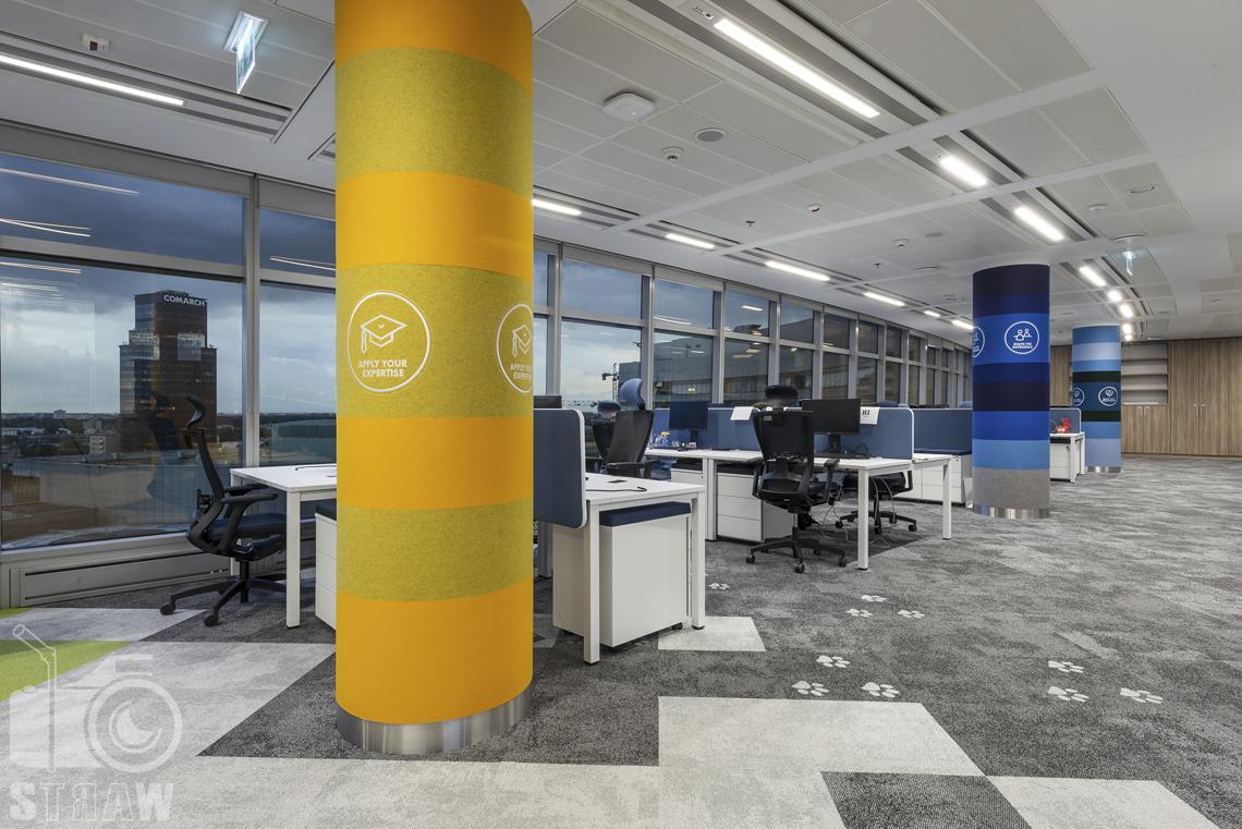 Fotografia wnętrz komercyjnych, zdjęcia biura i powierzchni biurowych, na zdjęciu sala z biurkami openspace.