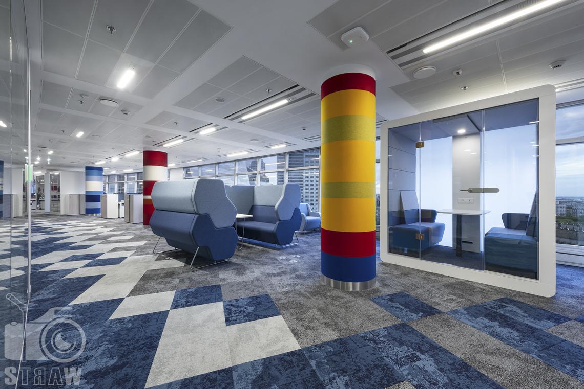 Fotografia wnętrz komercyjnych, zdjęcia biura i przestrzeni biurowej z miejscami wypoczynku.