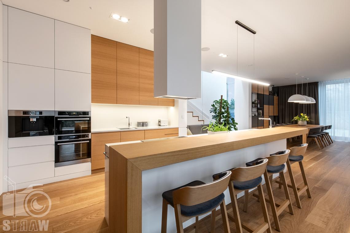 Fotografia wnętrz dla projektantów i architektów, kuchnia i jadalnia, widok na szafki kuchenne, zabudowę i agd.