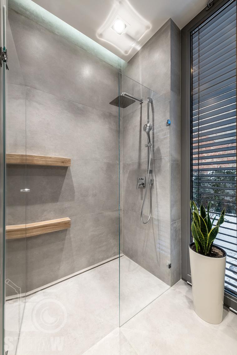 Fotografia wnętrz dla projektantów i architektów, kabina prysznicowa z deszczownicą.