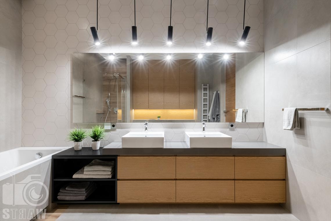 Fotografia wnętrz dla projektantów i architektów, łazienka, wanna i dwie umywalki w zabudowanej szafce.
