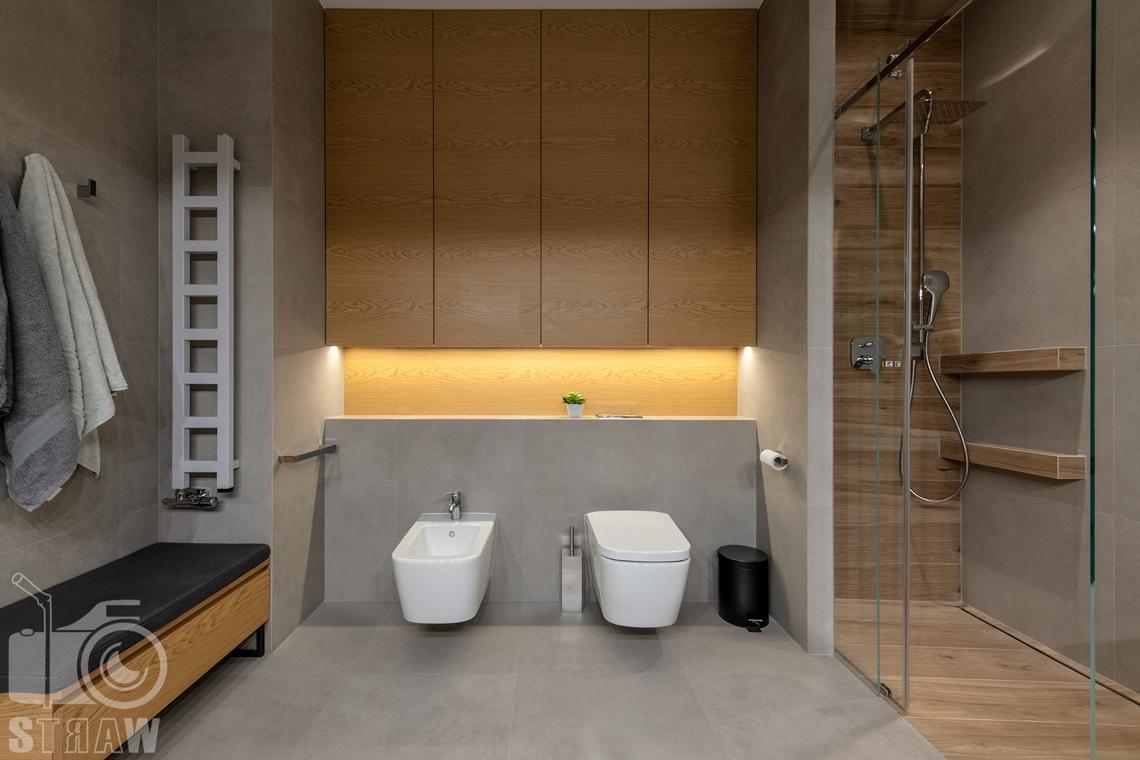 Fotografia wnętrz dla projektantów i architektów, łazienka przy pokojach dziecięcych z toaleta i bidetem oraz kabina prysznicową.