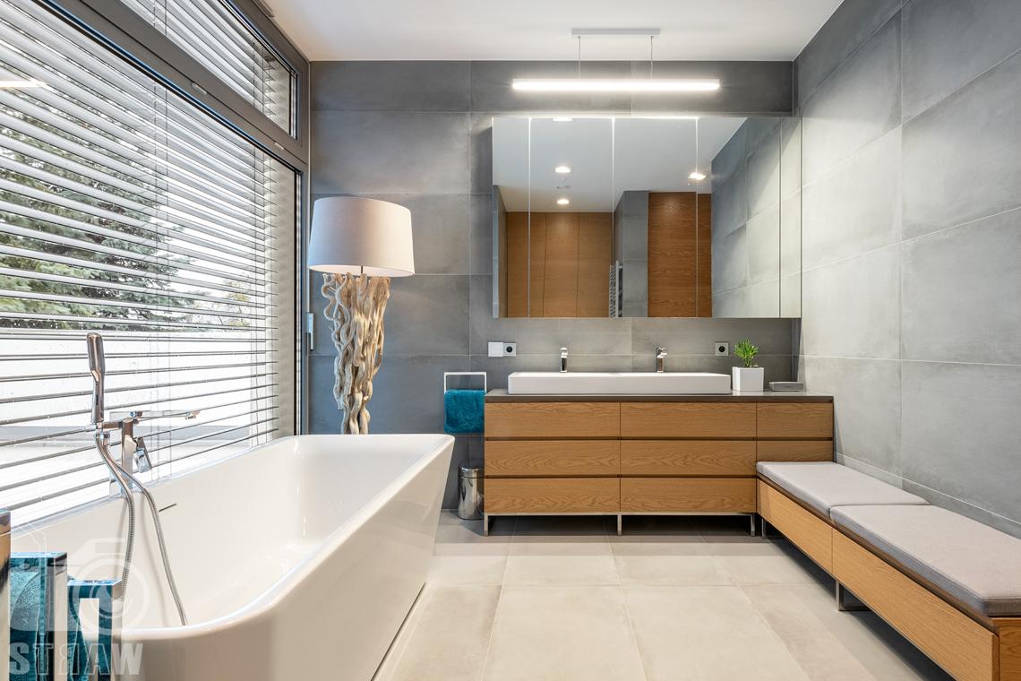 Fotografia wnętrz dla projektantów i architektów, duża łazienka małżeńska z wanną, lampą stojącą i dwoma umywalkami.