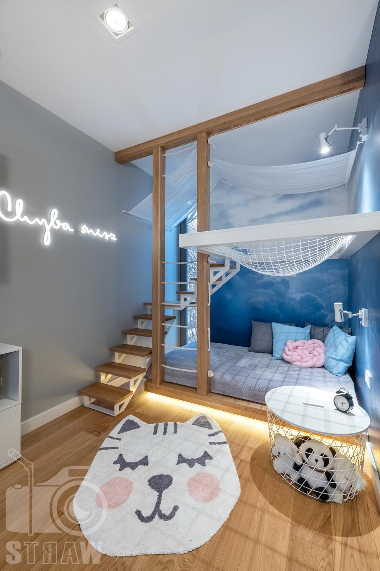 Fotografia wnętrz dla projektantów i architektów, miejsce zabaw z hamakiem w pokoju dla dzieci.