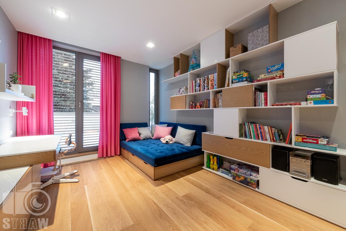 Fotografia wnętrz dla projektantów i architektów, pokój dziewczynki z różowymi zasłonkami, regałem, łóżkiem ze schowkami i biurkiem.
