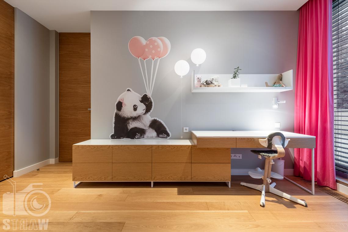 Fotografia wnętrz dla projektantów i architektów, pokój dziewczynki, biurko, okleina niedźwiadek z balonikami i lampki w kształcie baloników.