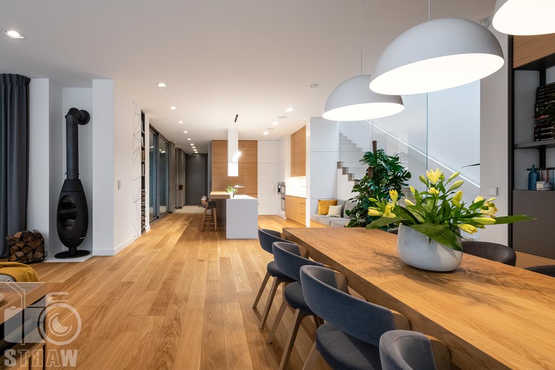 Fotografia wnętrz dla projektantów i architektów, jadalnia i kwiaty na stole, kominek w salonie i kuchnia.