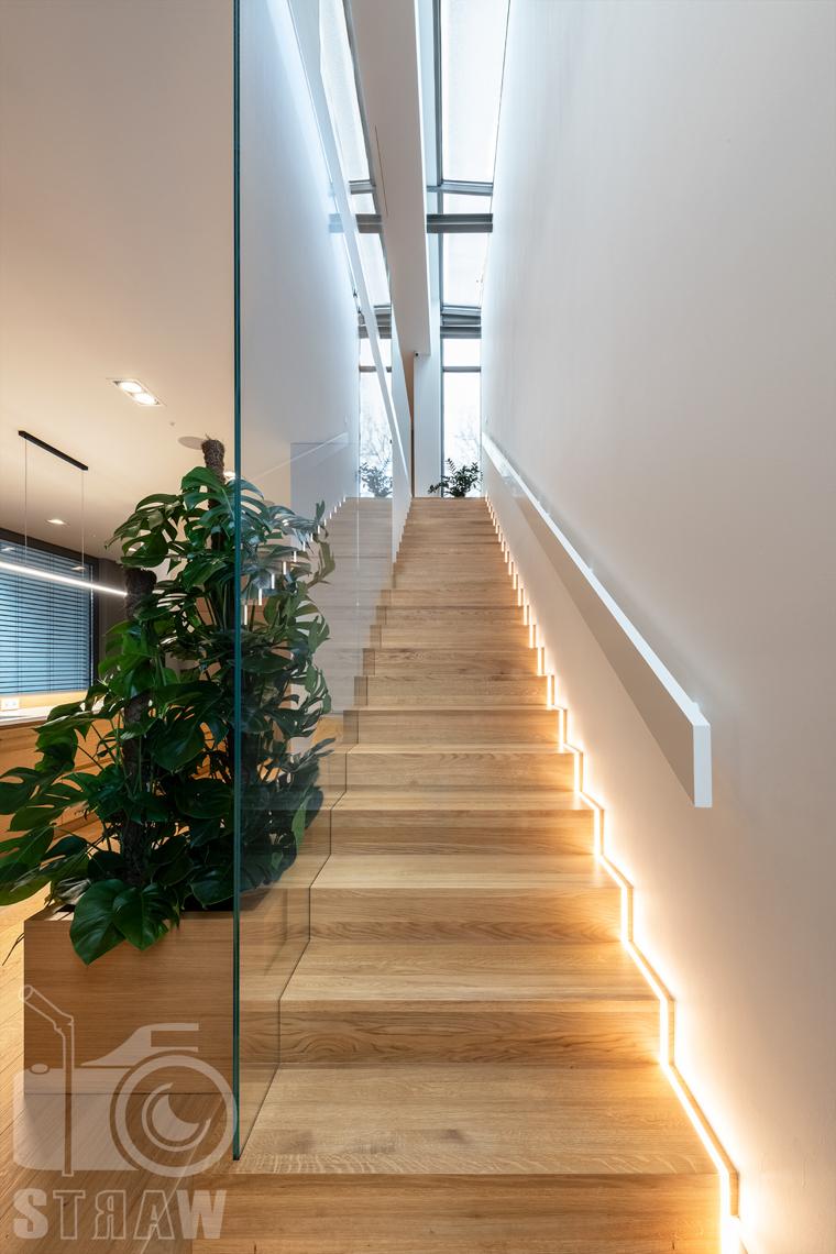 Fotografia wnętrz dla projektantów i architektów, salon z oknami na dwóch ścianach, sofy i stolik kawowy.