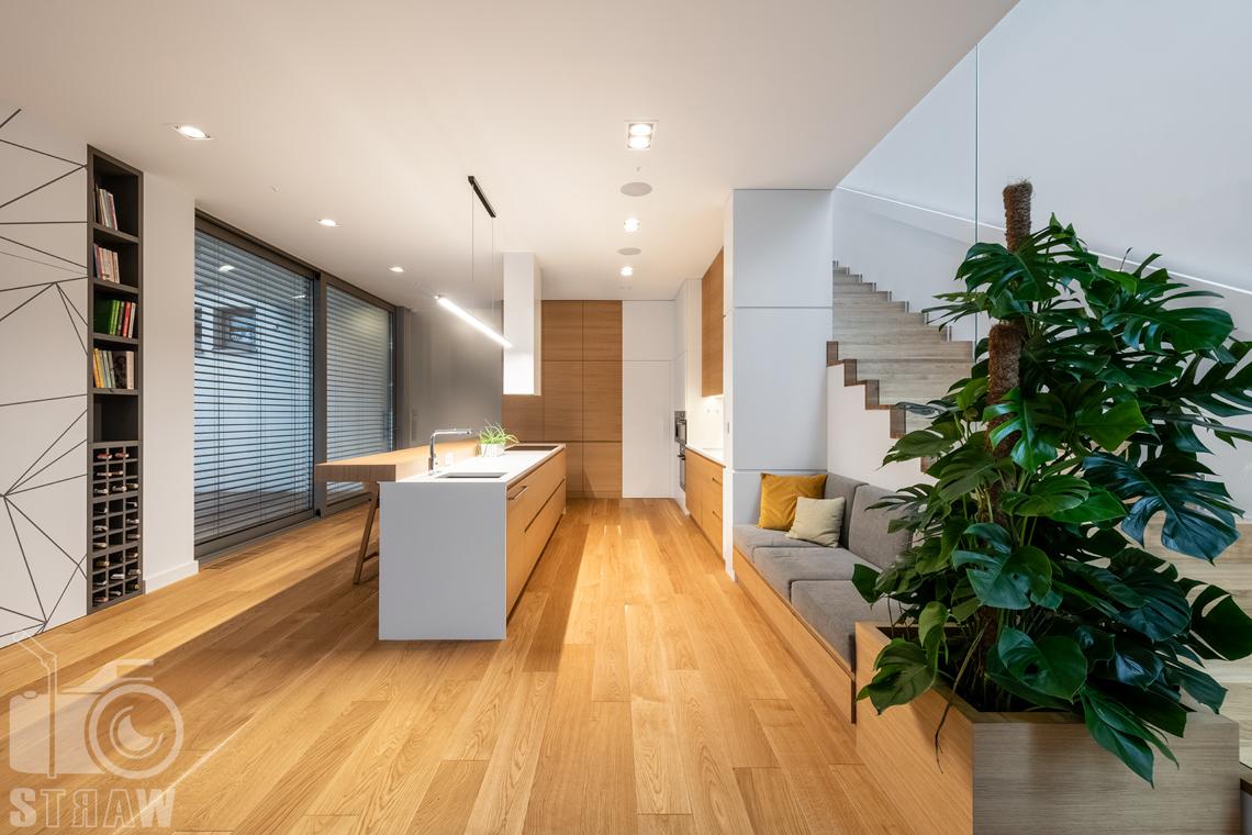 Zdjęcia wnętrz dla projektantów i architektów, wyspa kuchenna i kuchnia z szafkami w zabudowie.