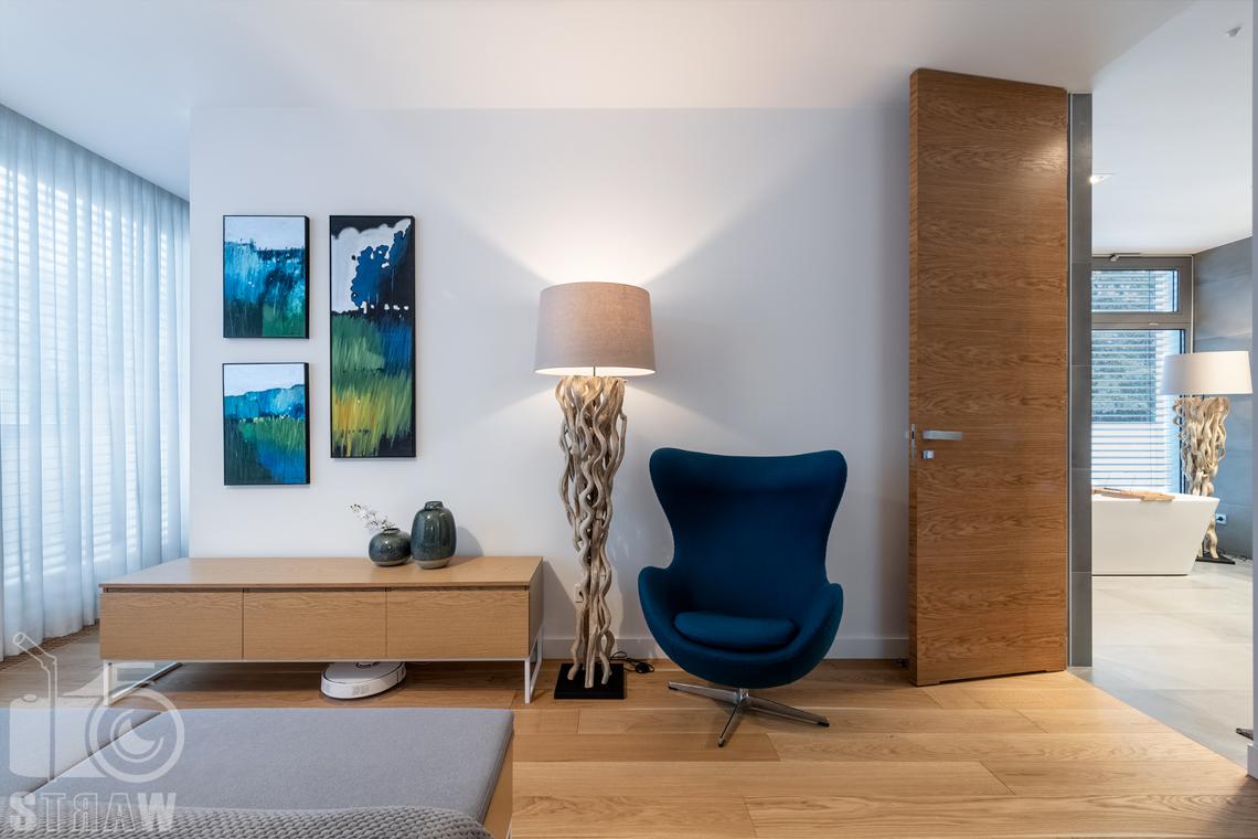 Zdjęcia wnętrz dla projektantów i architektów, sypialnia małżeńska z otwartymi drzwiami do łazienki.