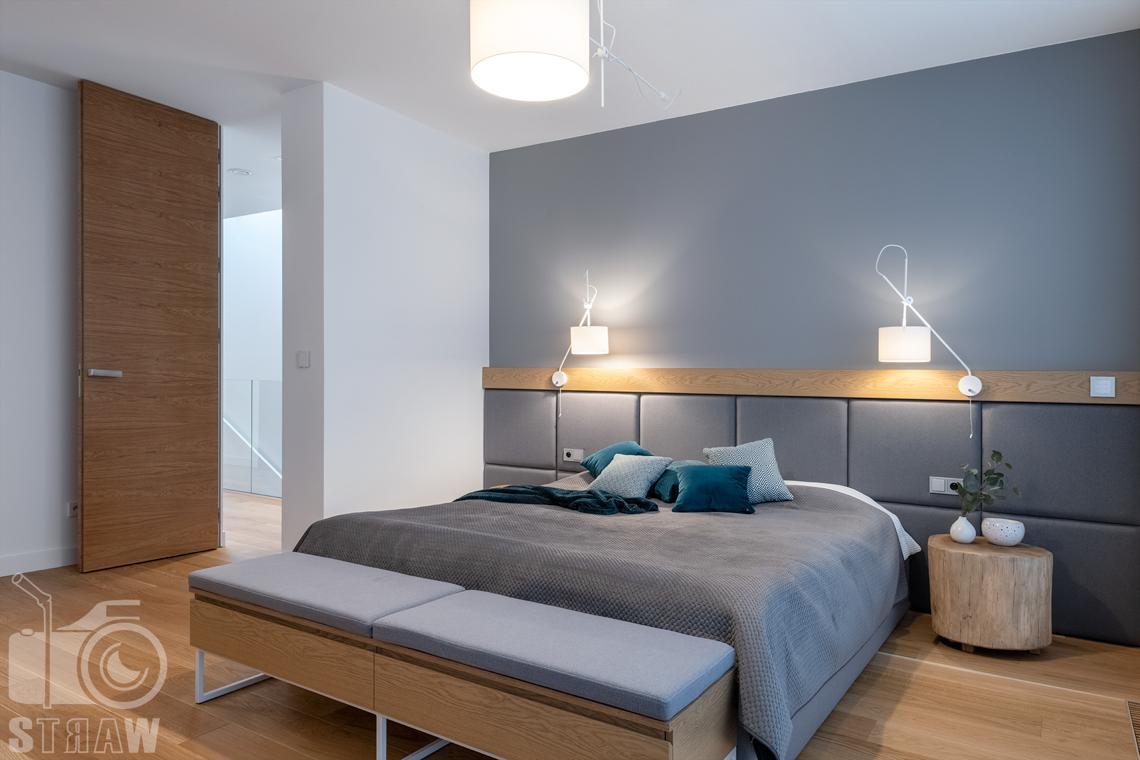 Zdjęcia wnętrz dla projektantów i architektów, sypialnia małżeńska z dużym łóżkiem i szafkami nocnymi.