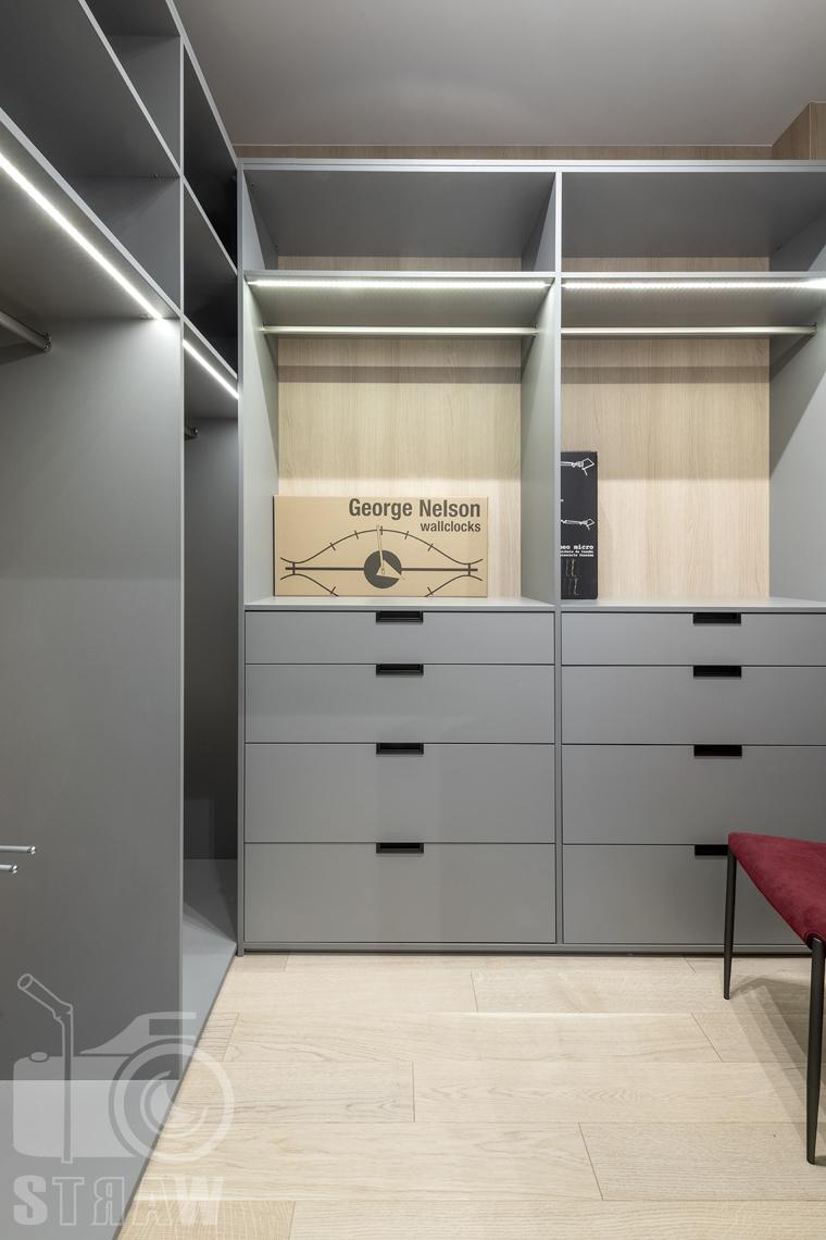 Fotografia wnętrz dla projektanta, zdjęcie prezentujące garderobę.