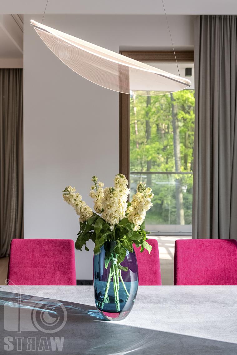 Fotografia wnętrz dla projektanta, zdjęcie detali w jadalni, stołu i lampy.