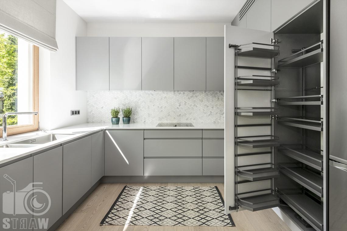 Fotografia wnętrz dla projektanta, zdjęcie kuchni z otwartą szafą.