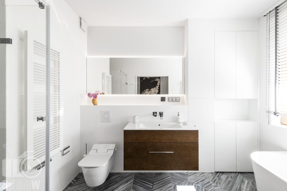 Fotografia wnętrz dla projektanta, zdjęcie łazienki przylegającej do sypialni.