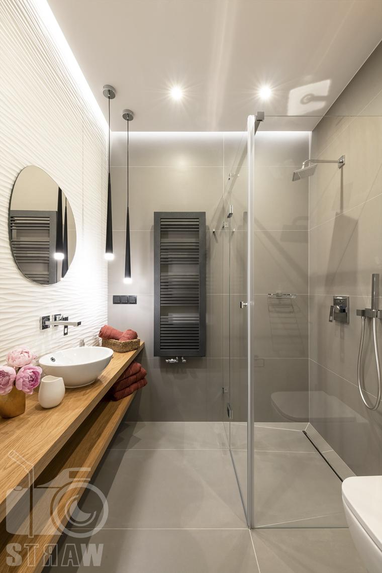 Fotografia wnętrz dla projektanta, zdjęcie małej łazienki z prysznicem.