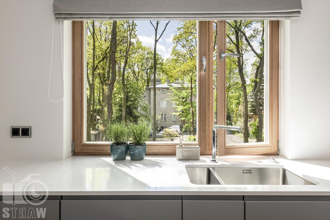 Fotografia wnętrz dla projektanta, zdjęcie blatu i okna kuchennego skąpanego promieniami słonecznymi.