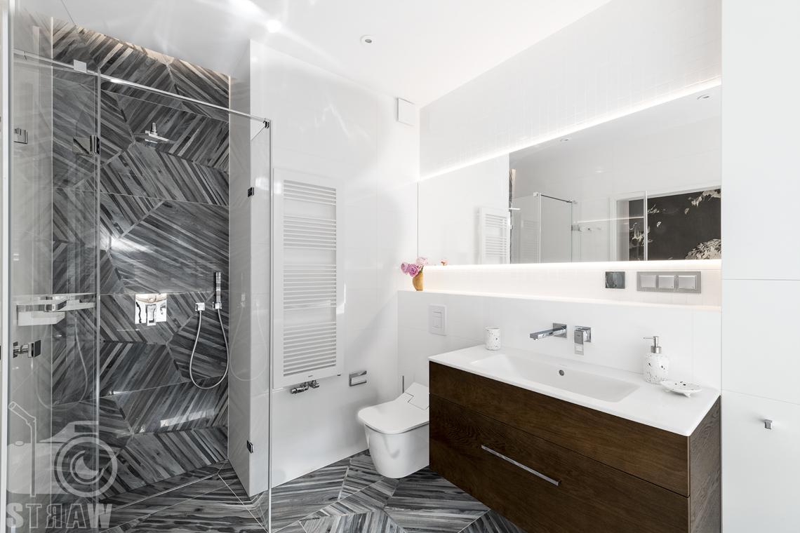 Fotografia wnętrz dla projektanta, zdjęcie łazienki z kabiną prysznicową.