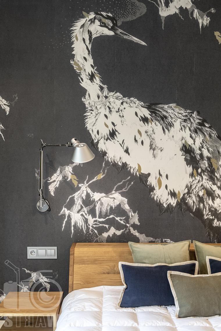 Fotografia wnętrz dla projektanta, zdjęcie detali w sypialni i czapli na tapecie.