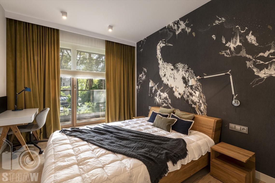 Fotografia wnętrz dla projektanta, zdjęcie sypialni z łóżkiem i biurkiem.